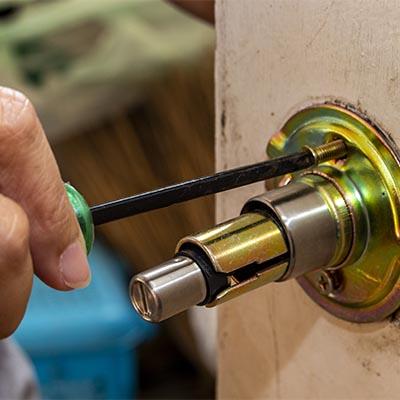 cerrajero arreglando pomo de puerta